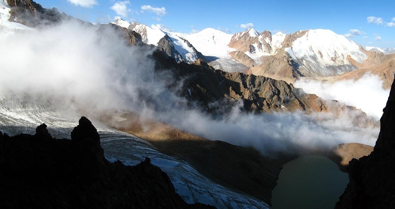 Ледник и озеро Маншук Маметовой