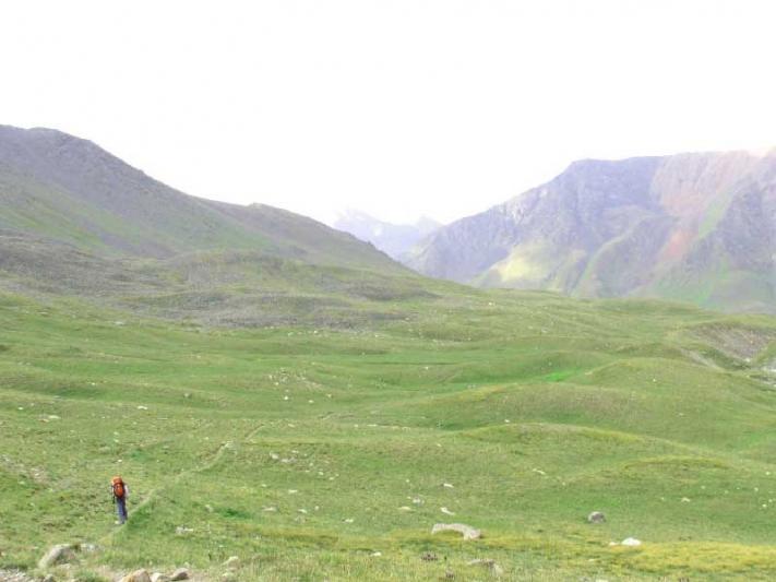 Дина спускается с перевала Озёрный