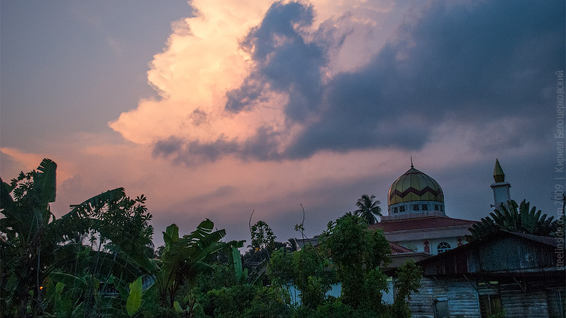 Вечер, мечеть и надвигающаяся гроза