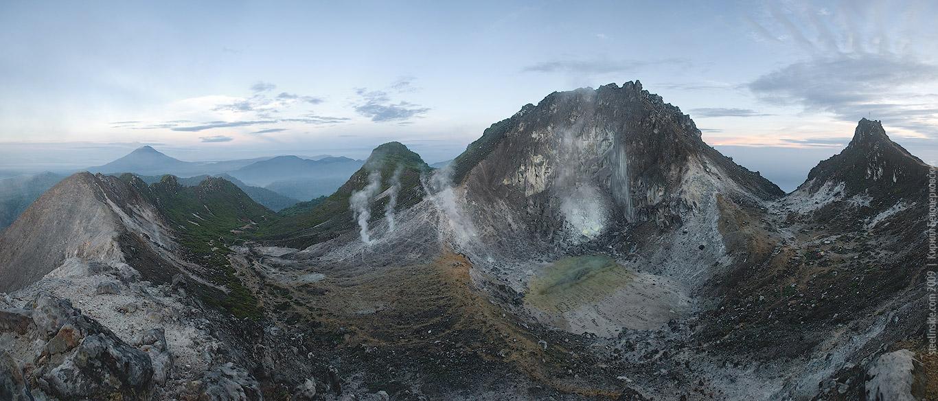 Кратер вулкана Сибаяк. В вымке на заднем плане вулкан Синабун.