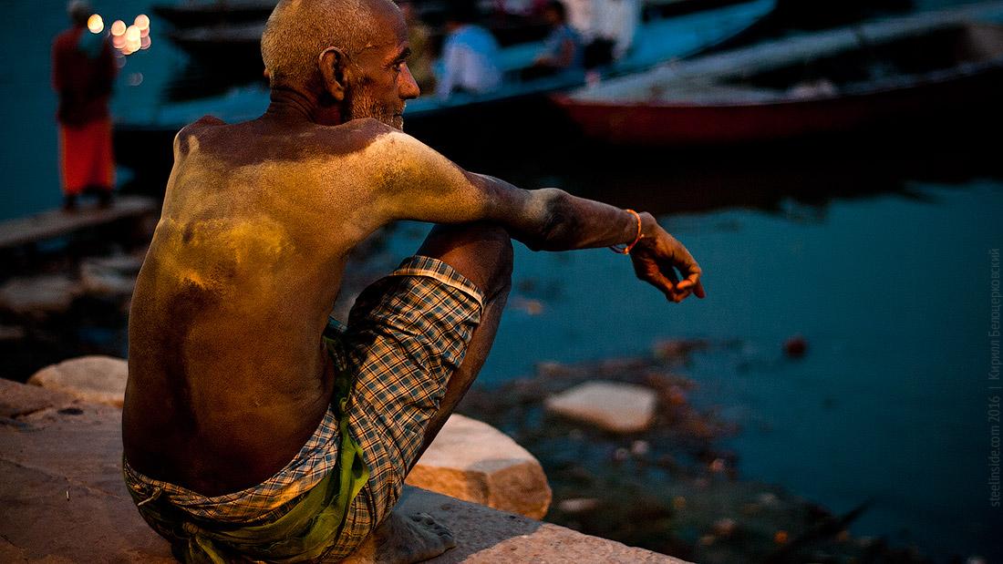 Шиваит в пепле на берегу Ганги