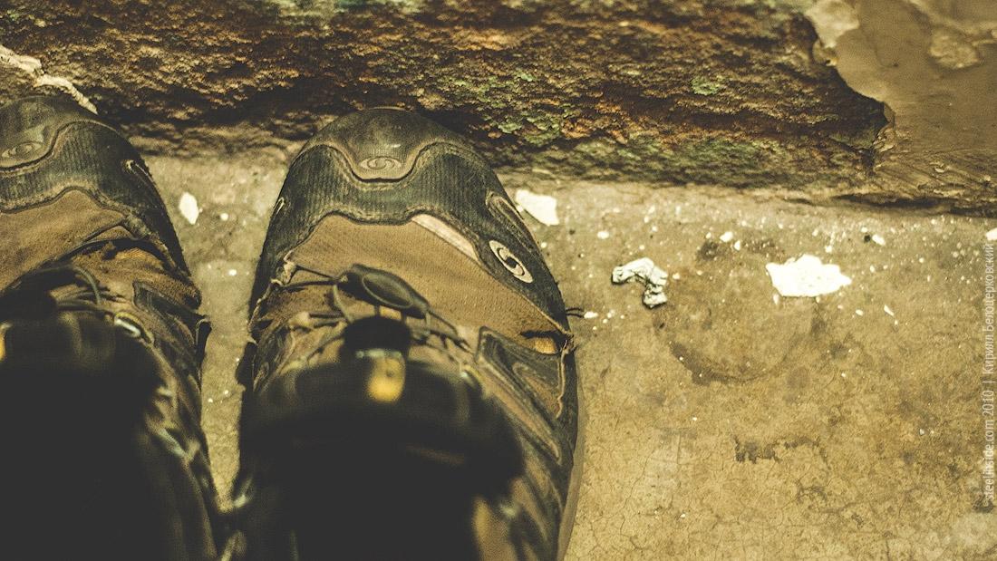 Стоптанные кроссовки в осыпаюющемся гестхаусе