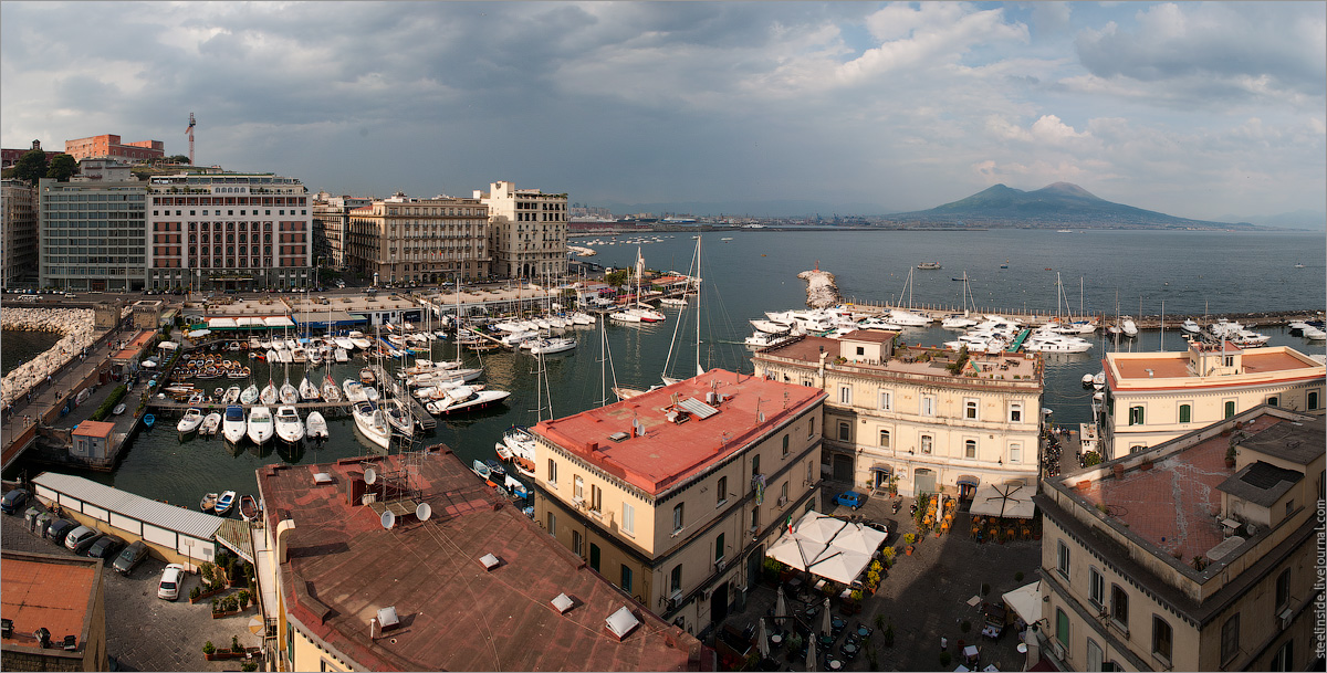 Вид на Неаполь. В правой части картинки Везувий.
