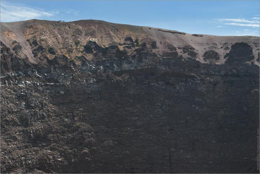 Группа на краю кратера Везувия