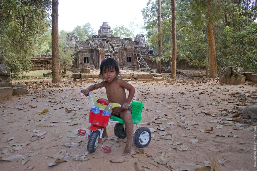 Ребёнок на фоне храма