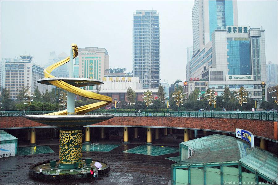 Скульптура на площади Тяньфу