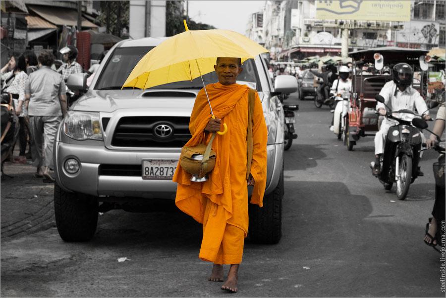 Буддийский монах с зонтиком
