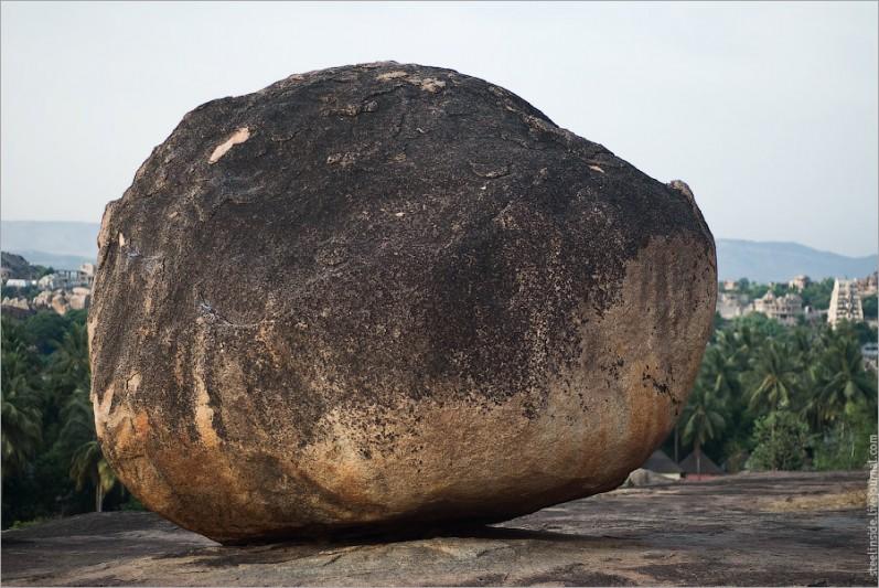 Камень со следами скалолазов