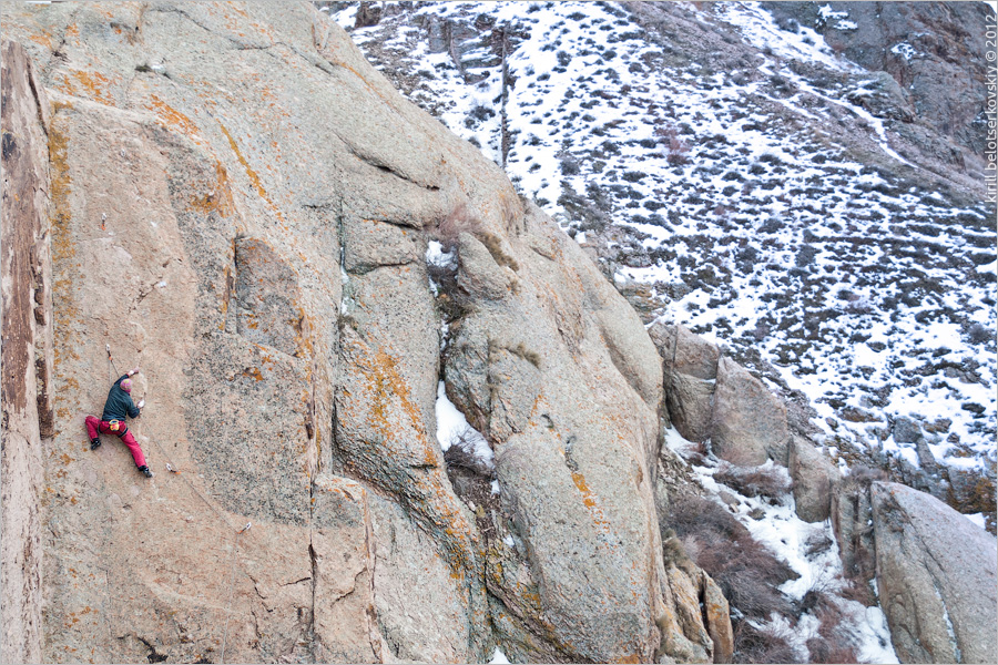 Юра Беганский весной на скалах Или