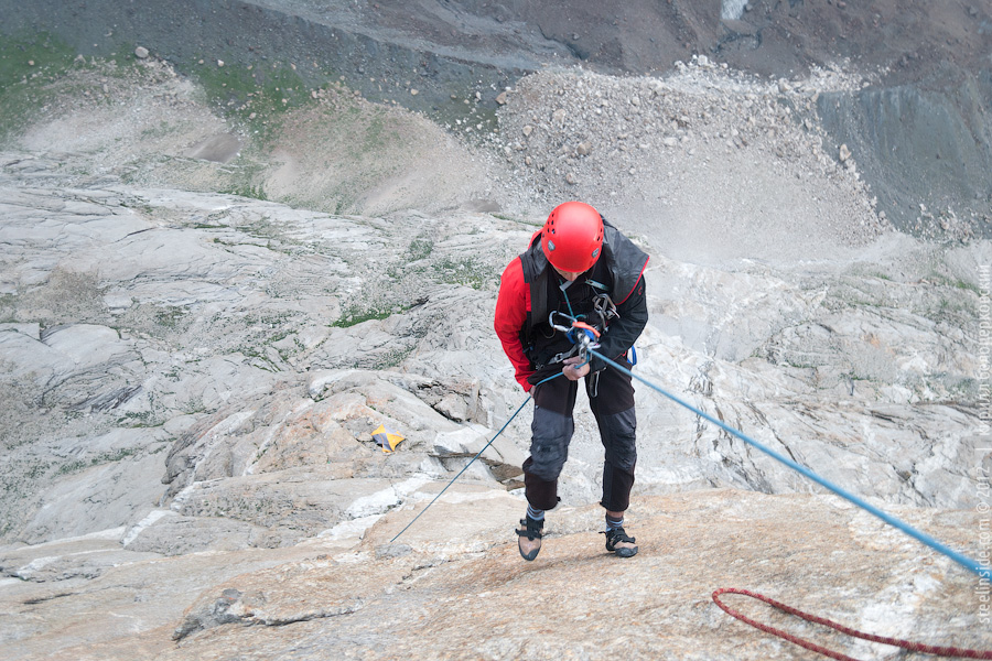 Павел Грязнов спускается к палатке