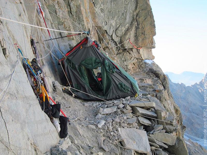 Палатка на стене Свободной Кореи
