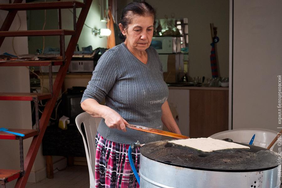 Женщина готовит гюзлеме