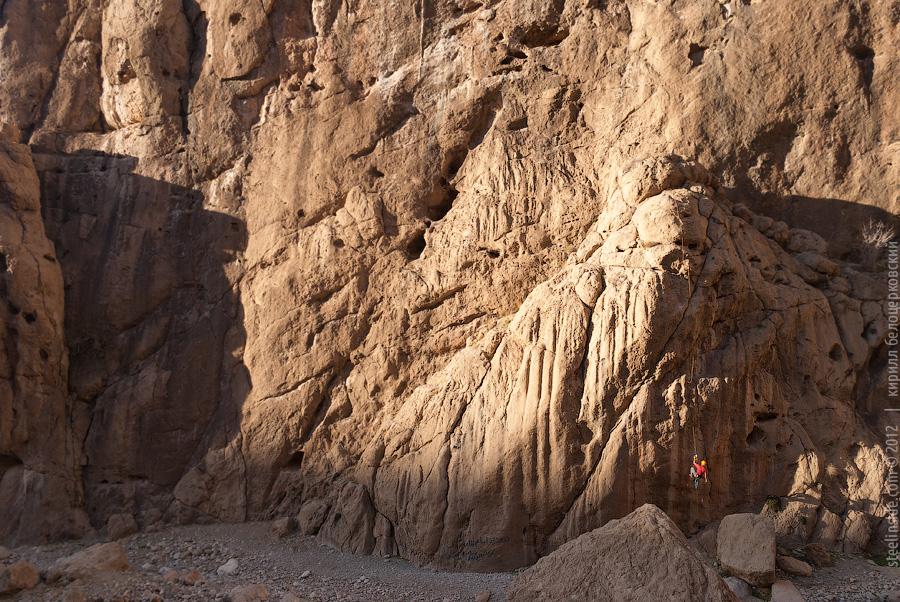 Кирилл Белоцерковский на скалах в Иране