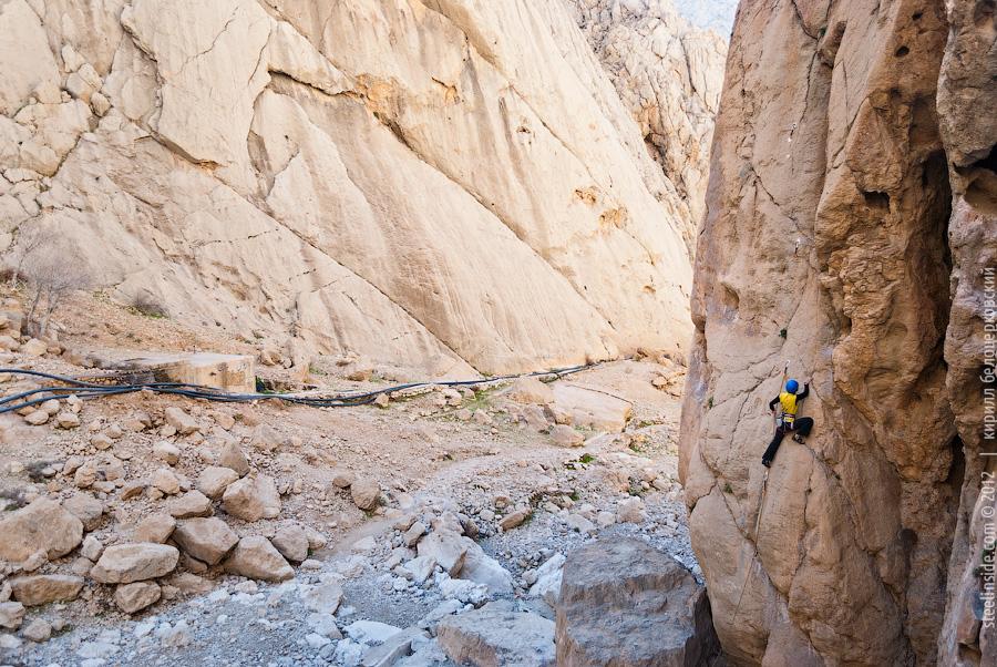 Ольга Тачановская на скалах в Иране.