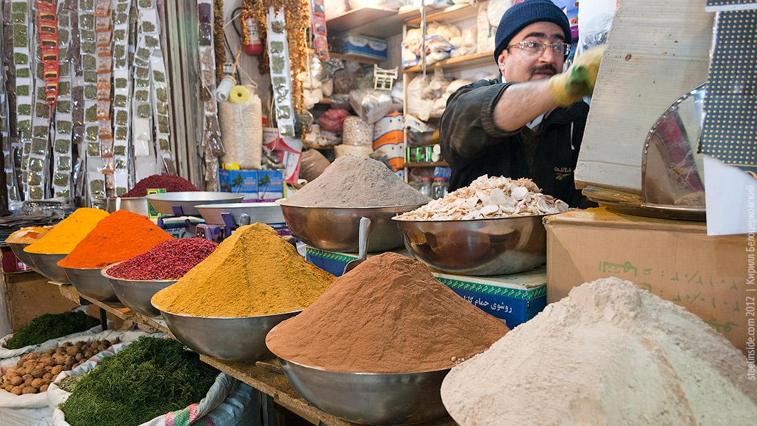 Продавец специй на базаре в Исфахане