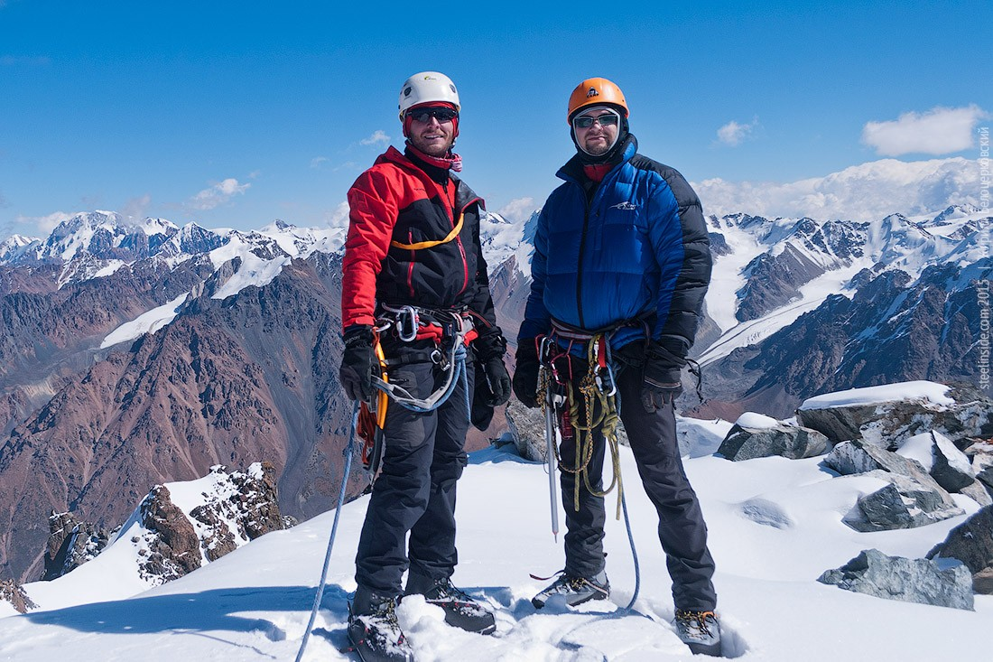 Кирилл Белоцерковский и Сергей Попов на вершине пика Орджоникидзе
