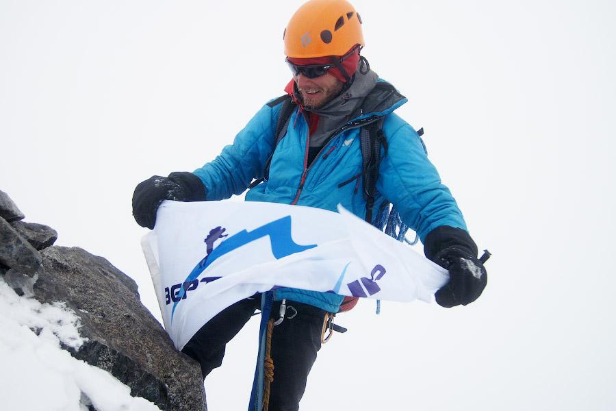 Флаг vertical.kz на вершине Джигита