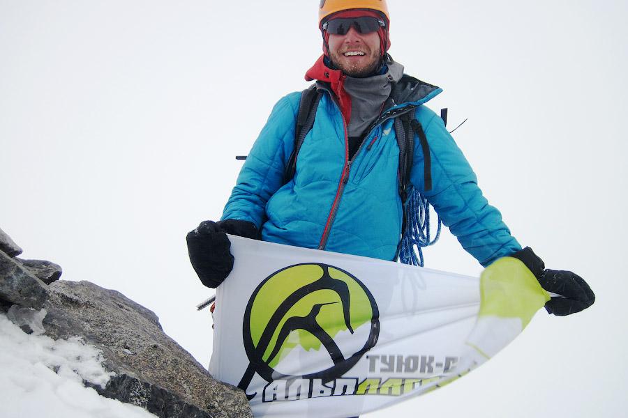 Флаг Альплагеря Туюк-Су на вершине Джигита