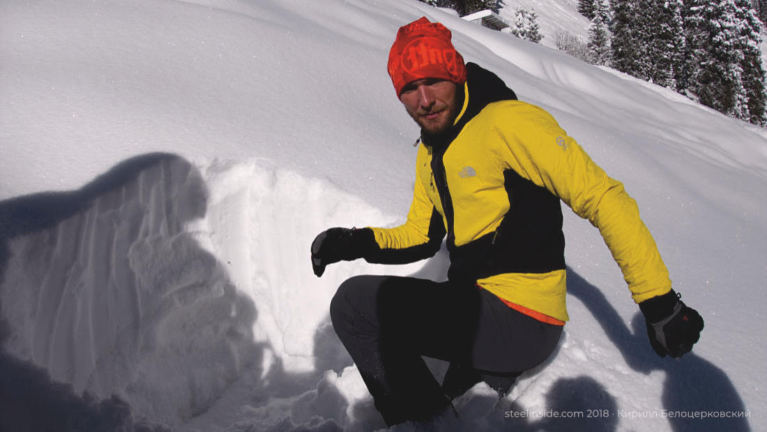 Кирилл выкопал ямку и гладит снег