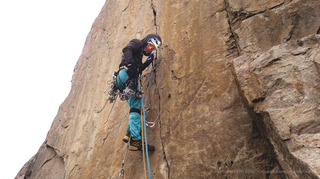 Настоящий альпинист, увешанный железками