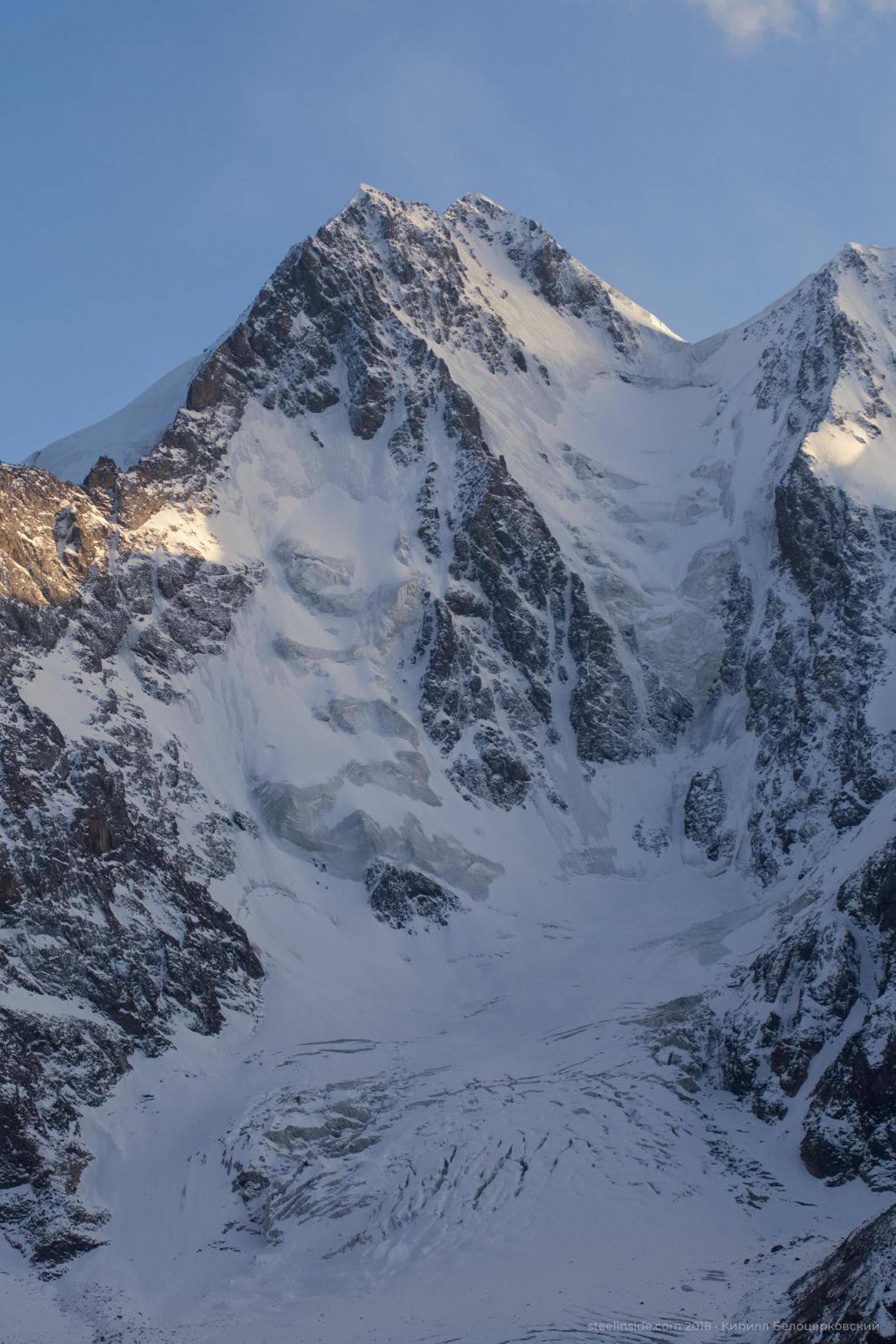 А слева и справа ледопады. Всё как надо.