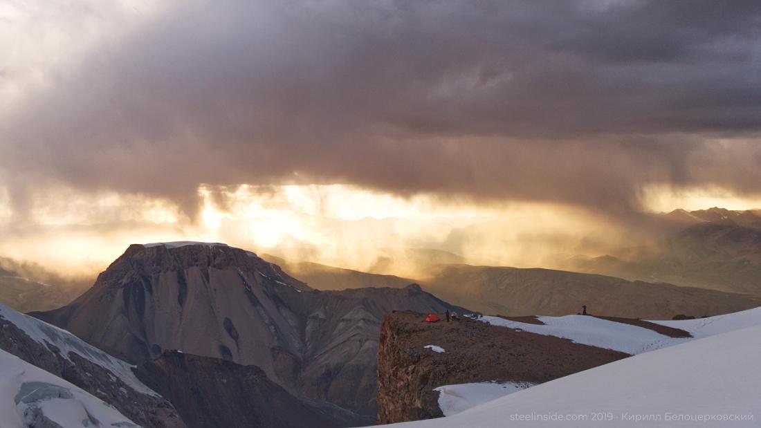 Непогода над долинами Котруа и Узенгекууша. Наш лагерь на 4860 м. Слева — вершина Стол