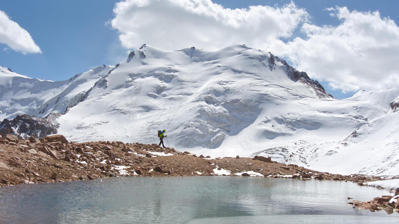 Ольга Белоцерковская на фоне пика Совсетских альпинистов