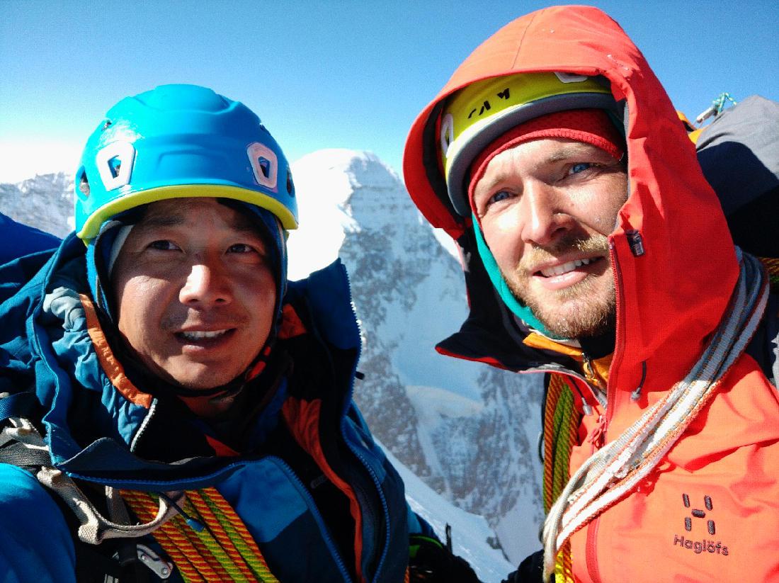 Макс Тен и Кирилл Белоцерковский на вершине Чон-Турасу. На фоне северо-западная стена пика Данкова