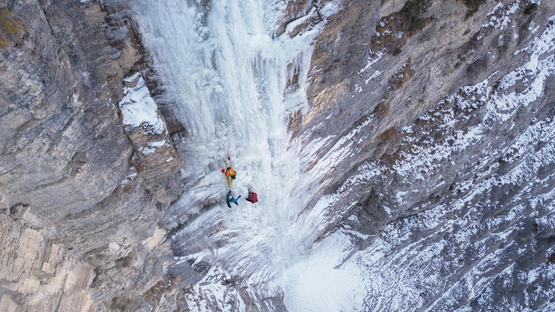 Ледолазы на вертикальном водопаде