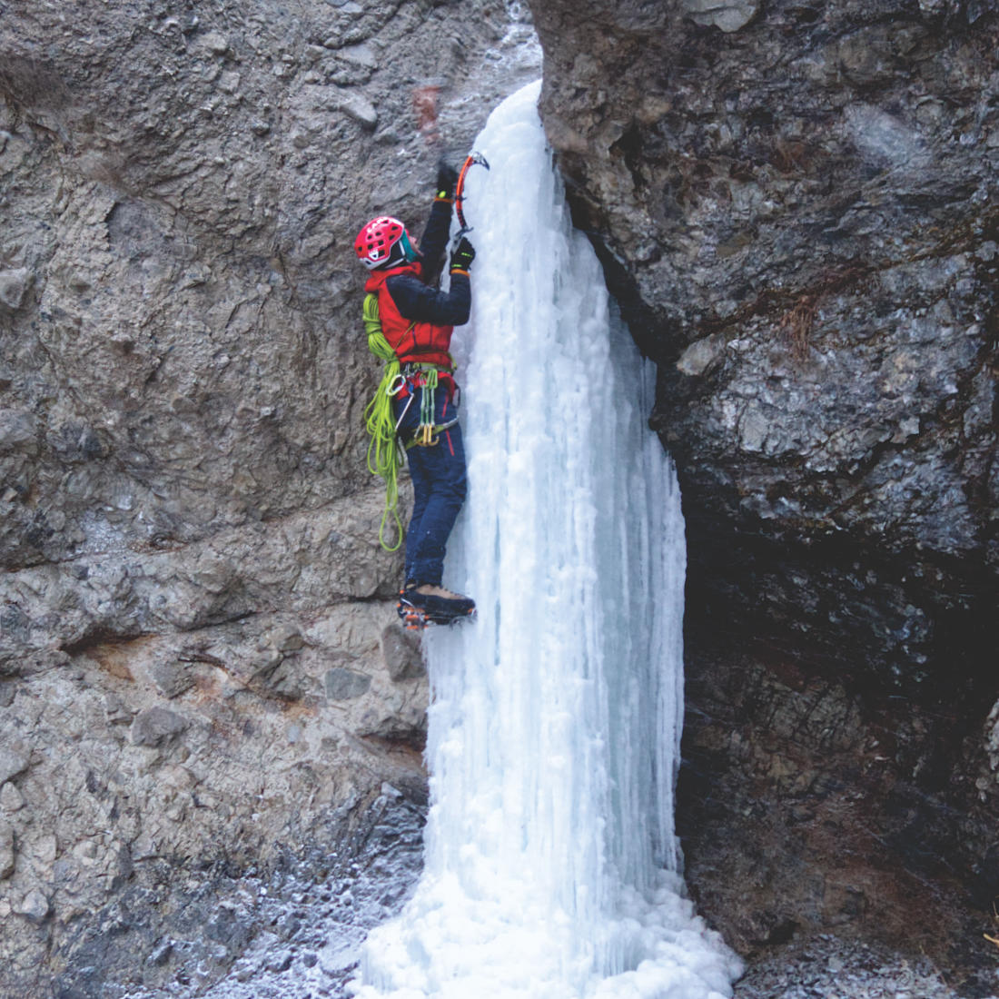 Кирилл Белоцерковский лезет маленький забавный водопад