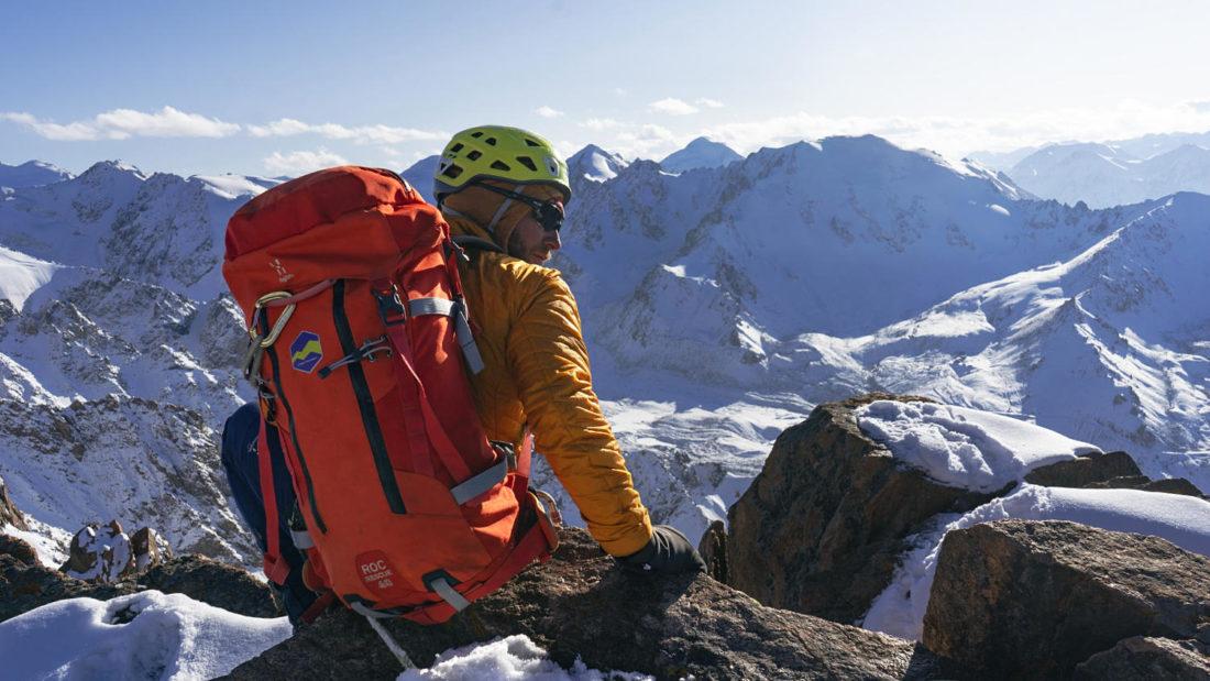 Кирилл Белоцерковский на вершине Пионера с рюкзаком Haglöfs Roc Rescue