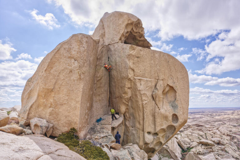 Bektau-Ata: hundreds of boulders and dozens of cracks in the middle of Kazakhstan