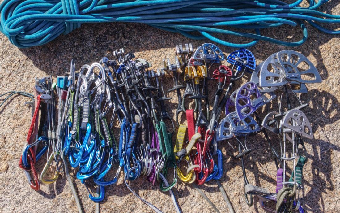 Снаряжение для лазанья с верёвкой в Бектау. Много камалотов, чуть-чуть закладок.