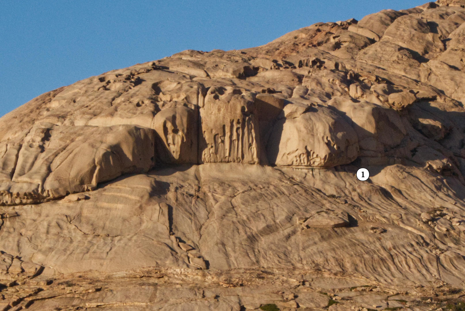 Скалы с щелями в урочище Бектау-Ата