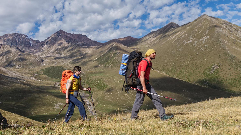 Ольга и Кирилл Белоцерковские идут по Аксайскому ущелью в сторону от нужного перевала