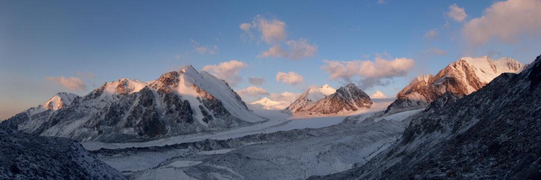 Ледник Корженевского при солнечном восходе