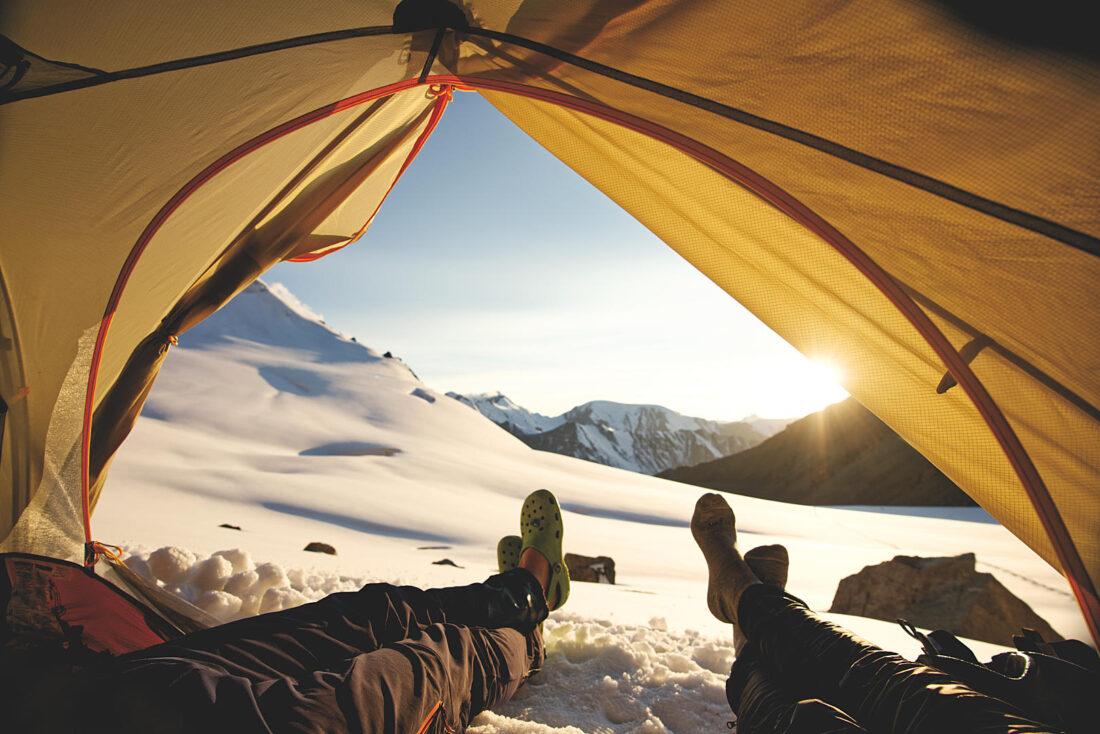 Ноги торчат из палатки на запад
