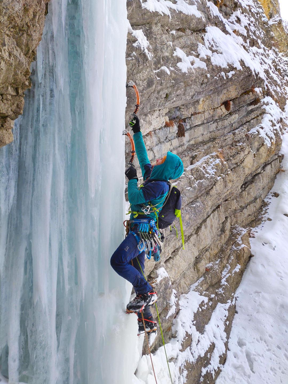 Кирилл Белоцерковский лезет по льду на маршруте Четын