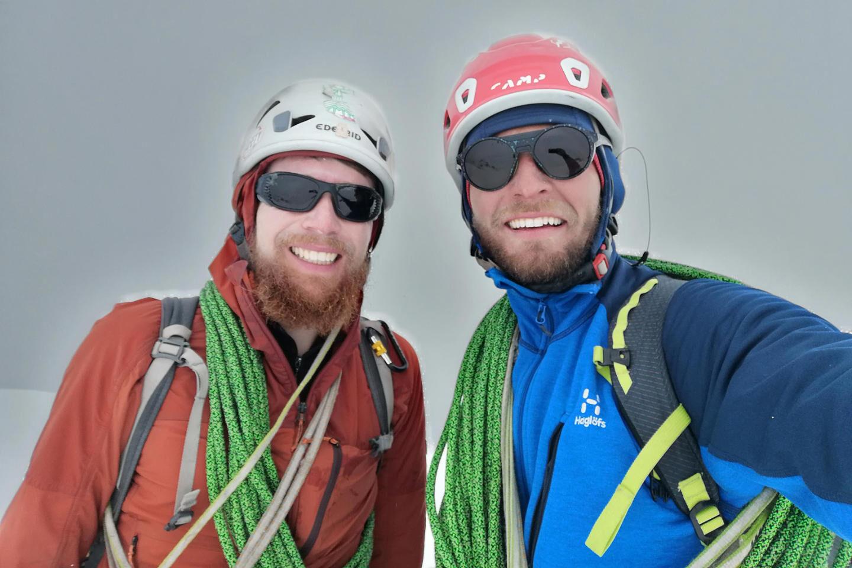 Дэниел Комбер-Тод и Кирилл Белоцерковский на вершине Орджоникидзе, июнь 2021 года