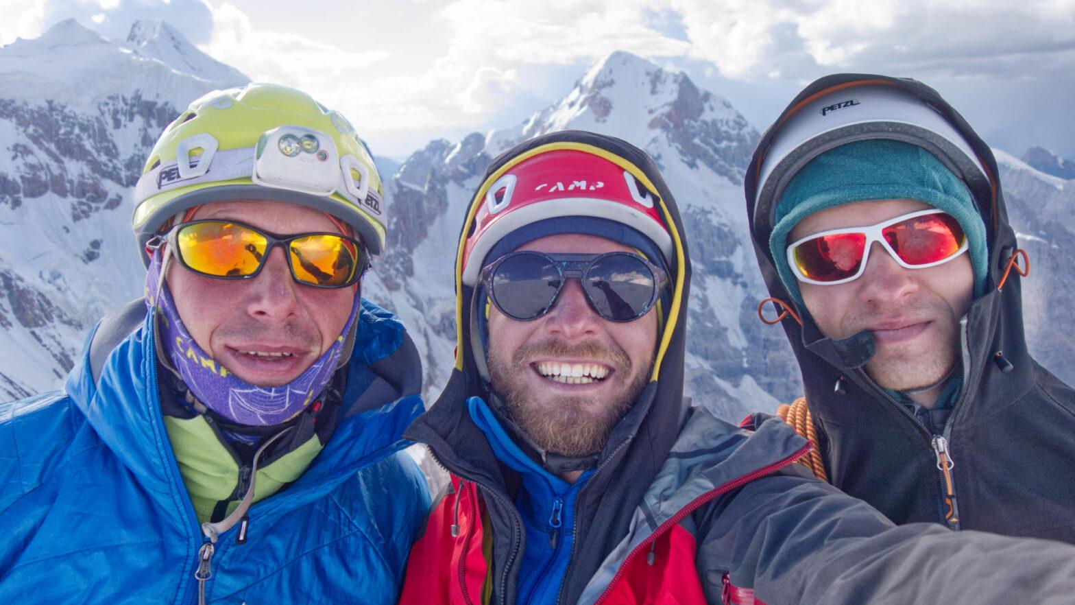 Иван Темерев, Кирилл Белоцерковский, Алексей Тюлюпо на вершине Альпиниста, 5482 м