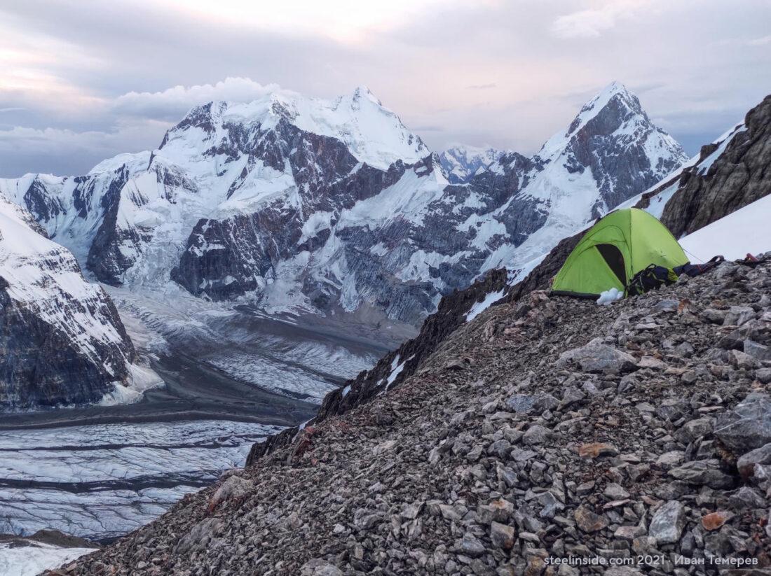Палатка на фоне Данкова и Чон-Турасу в Кокшаал-Тоо